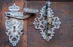 Dörr-handtag garneringdetalj av den gamla ingångsdörren i Prague Arkivfoto