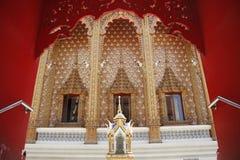 Dörr i den Wat Pailom templet Royaltyfri Fotografi