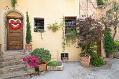 Dörr i en Tuscany stad, Italien Royaltyfria Foton