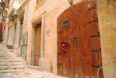 Dörr i gränd royaltyfri bild