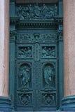 Dörr med basrelief av St Isaac& x27; s-domkyrka i St Petersburg, Ryssland Royaltyfria Foton
