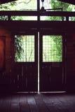Dörr in mot naturen Arkivfoto