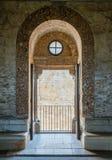 Dörr och balkong i Castel del Monte, berömd medeltida fästning i Apulia, sydliga Italien Royaltyfri Bild