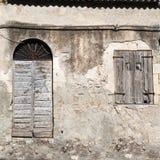 Dörr och fönster för gammal tappninggräsplan trä Royaltyfri Fotografi