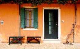 Dörr och fönster framme av husbyggnad royaltyfria foton