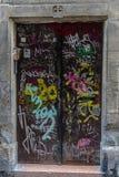 Dörr som täckas med grafitti Arkivfoto