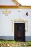 Dörr till det barocka lantbrukarhemmet i Holasovice Arkivbild