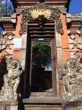 Dörr till en tempel, Ubud, centrala Bali, Indonesien Royaltyfri Bild