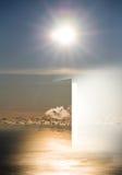 Dörr till himmel med havet och solen arkivfoto