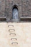 Dörr till loften av den gamla nya synagogan Arkivfoto