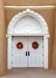 Dörr till Sanen Francisco de Asis Church i Taos, mjau Mexico Royaltyfri Fotografi