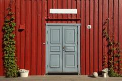 dörr trägred röd vägg Arkivfoto