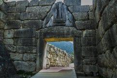 Dörrar av den forntida staden av Mycenae royaltyfri foto