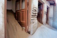 Dörrar av det övergav huset i sand Arkivbilder