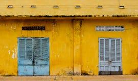 Dörrar av det gamla huset på centret i Vung Tau, Vietnam Fotografering för Bildbyråer