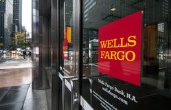 Dörrar av en Wells Fargo filial i New York City Arkivbilder
