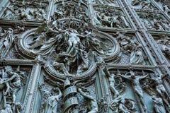 Dörrar av Il-duomoen eller Milan Cathedral i Milan, Italien Royaltyfria Foton