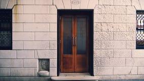 Dörrar av stången för Harry ` s i Venedig Italien arkivbild