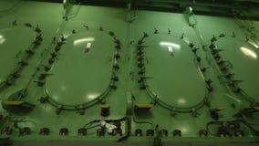 Dörrar av vevaxelrummet på skyttelströmförsörjningsmotorn stock video