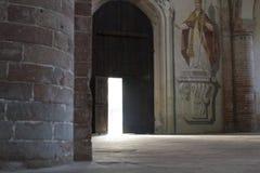 Dörrar för Italien soluppgångLombardy abbotskloster arkivfoto