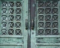 Dörrar för metall för gammal design för tappning antik lantliga arkivfoton