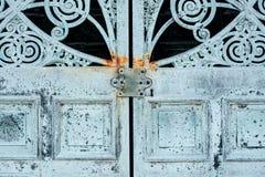 Dörrar för metall för gammal design för tappning antik lantliga arkivbilder