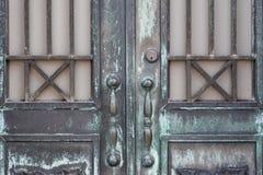Dörrar för metall för gammal design för tappning antik lantliga arkivfoto
