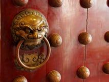Dörrar för traditionell kines med mässing behandlar symboliskt av lejonets huvud royaltyfria bilder