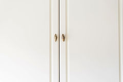Dörrar för vitt skåp för närbild trä arkivfoton
