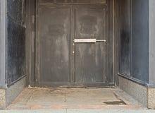 Dörrar från gammalt stads- stängt ut ur affärslager Royaltyfria Foton