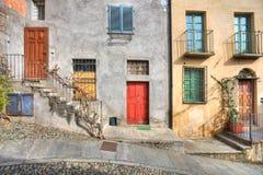 dörrar house den trämångfärgade saluzzoen arkivbild