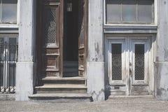 Dörrar i gamla Montreal royaltyfria bilder
