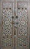 Dörrar med pärlemorinlägget i den Topkapi slottharemmen, Istanbul Royaltyfri Bild