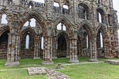 Dörrar och fönster av Whitby Abbey fördärvar Arkivbild