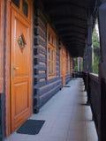 Dörrar och fridsam terrass för fönster i rad - Royaltyfria Bilder