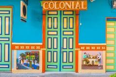 Dörrar och koloniala hus för färgrika vägggarneringar av villan Royaltyfri Foto