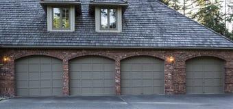 dörrar parkera bilen i garage bostads Royaltyfri Foto