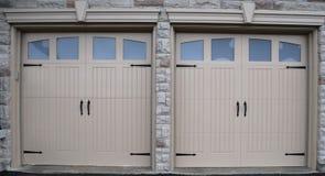 dörrar parkera bilen i garage nytt Royaltyfria Foton