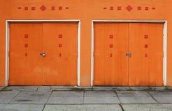dörrar parkera bilen i garage orange två Royaltyfri Foto