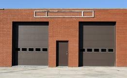 dörrar parkera bilen i garage två Arkivfoto