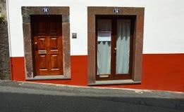 Dörrar vid den branta gatan royaltyfri foto