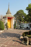 Dörrarna av en av ingångarna av Wat Pho i Bangkok, Thailand, målades i guling Arkivfoto