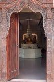 Dörren av templet i den Brahmavihara Arama kloster, Bali ö (Indonesien) arkivbild