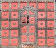 Dörren för huvudsaklig ingång av en fästeBouzov slott, Tjeckien royaltyfria foton