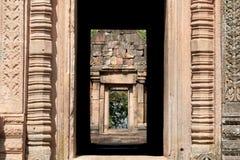 Dörren inramar på Phanom ringde tempelet i Burirum Thailand Arkivbilder