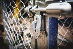 Dörren låser med ett gammalt metallstaket netto Arkivfoton