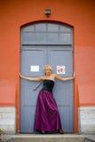 dörren poserar royaltyfri foto