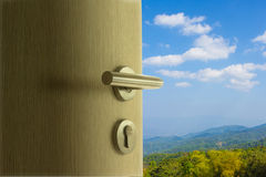 Dörren som är öppen till bergsikten i blå himmel Arkivfoton