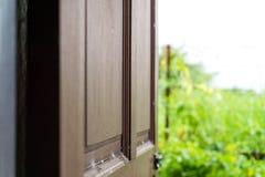 Dörren till huset som öppnas för att se utanför royaltyfri bild