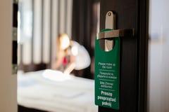 Dörrhängaren behar smink mitt rum i 4 språk Arkivfoto